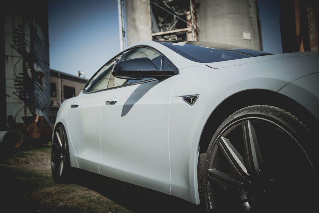 Tesla Model S Carwrap Vossen CV4 velgen
